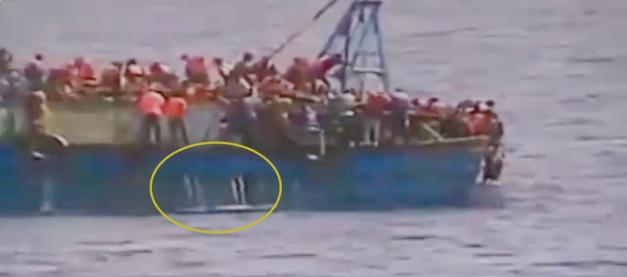 غرق مركب رشيد بثقبين في قاع المركب