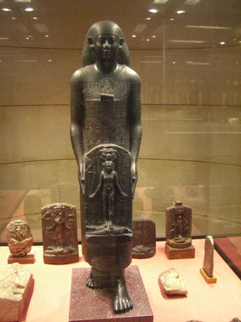 Priest_of_Bastet_statue_Louvre_E1077_-_01a.jpg
